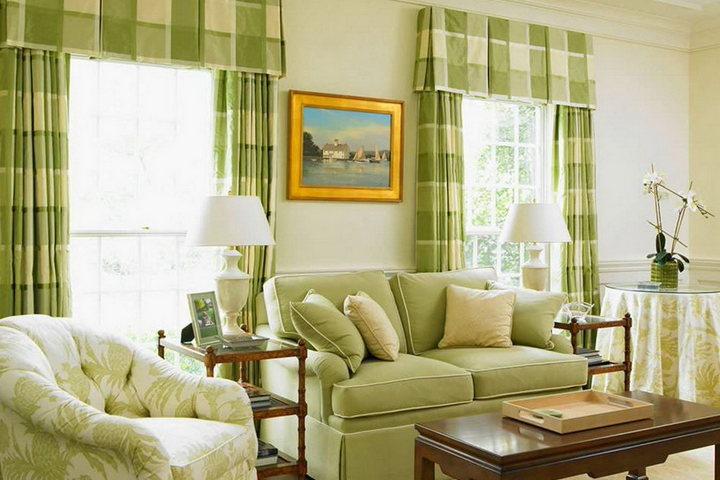 Зеленые шторы в клетку под цвет диванной группы