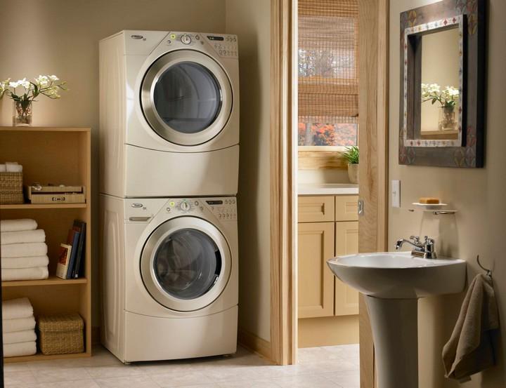 Стиральная машина и сушилка в ванной