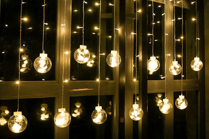 Лампы на окне