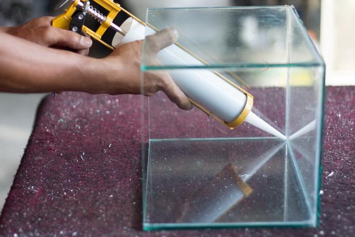 Склеивание стекла жидкими гвоздями