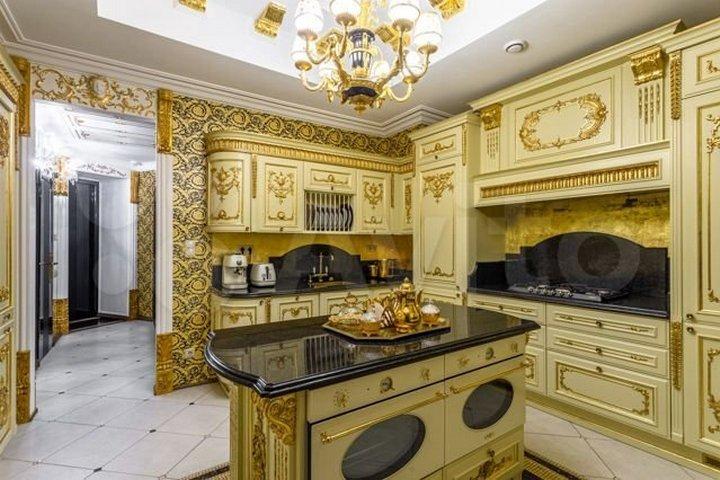 Кухня с золотыми и желтыми элементами