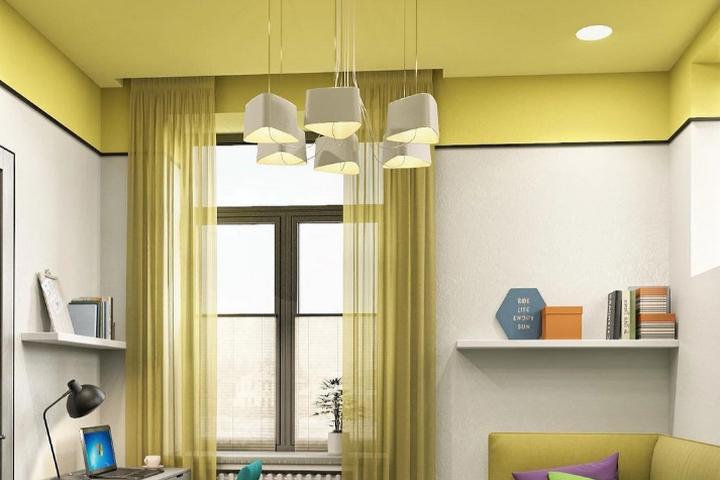 Желтый потолок с переходом на стены