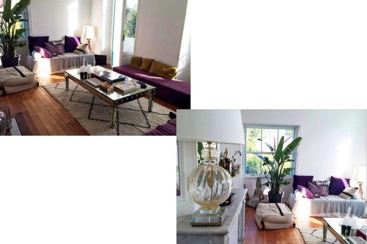 Гостиная с цветной мебелью и множество декора