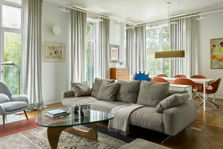 Гостиная с панорамными окнами и зонированием