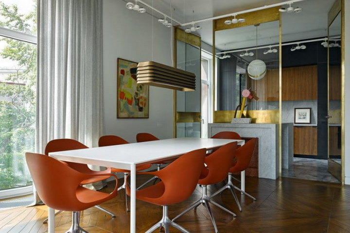 Яркие оттенки столовой и стеклянная стена