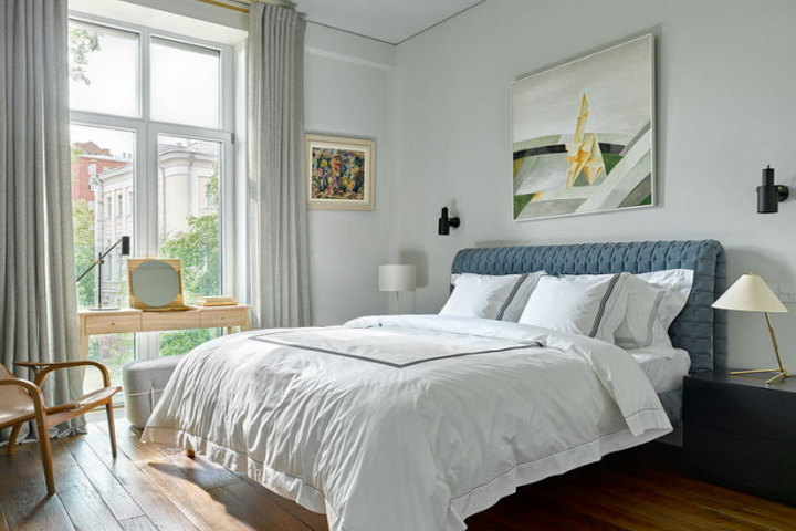 Мастер-спальня с белыми стенами и контрастной кроватью