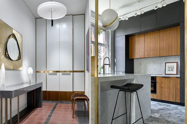 Холл с встроенным шкафом справа; слева - интерьер кухни