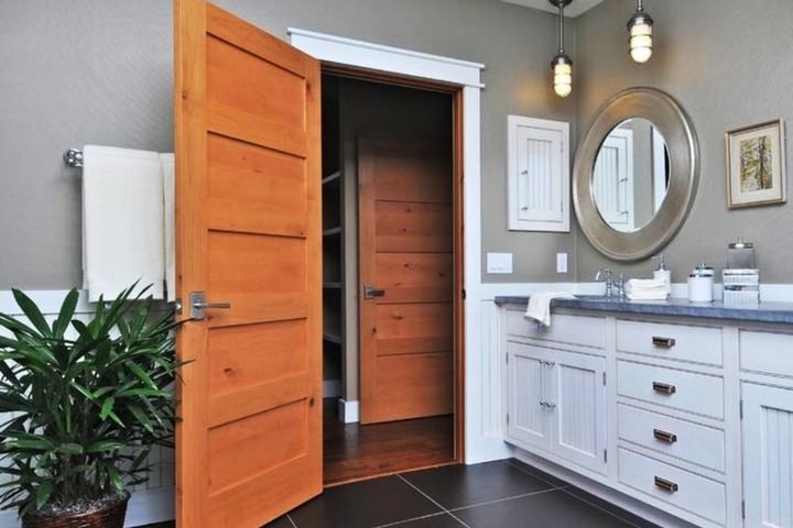 Массивная дверь в ванной комнате