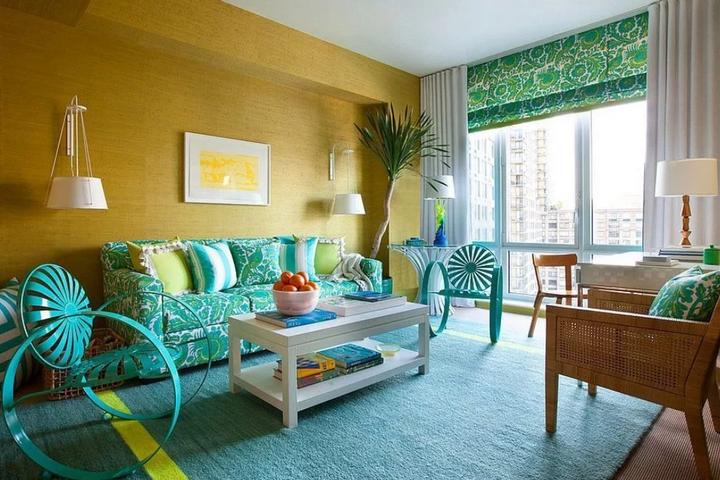 Интерьер с желтой стеной и голубым декором