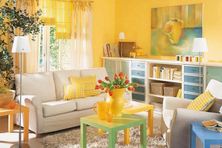 Интерьер с желтой отделкой и цветной мебелью