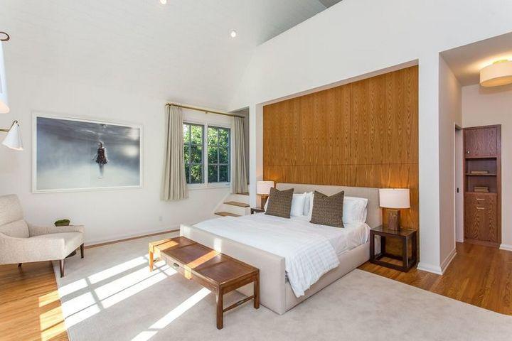 Спальня с контрастной отделкой спальной зоны