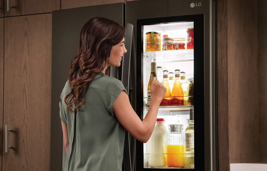 """Современный холодильник с """"умными"""" функциями"""