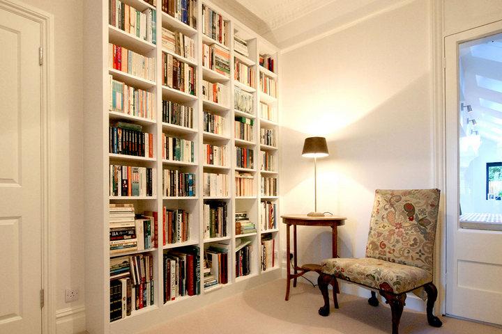Книжный стеллаж и зона для чтения
