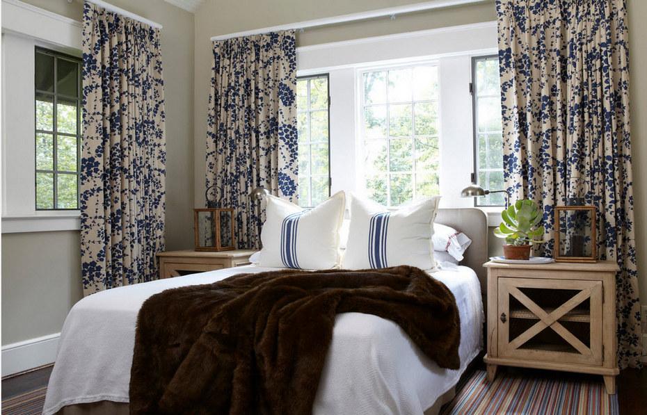 Спальня с контрастными шторами из принтованной ткани