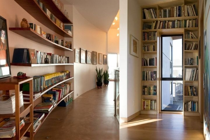 Библиотека в холле дома