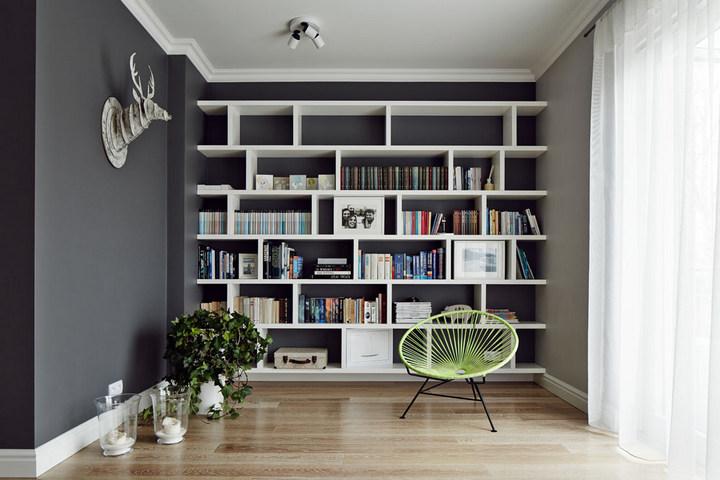 Небольшая библиотека в нише стены