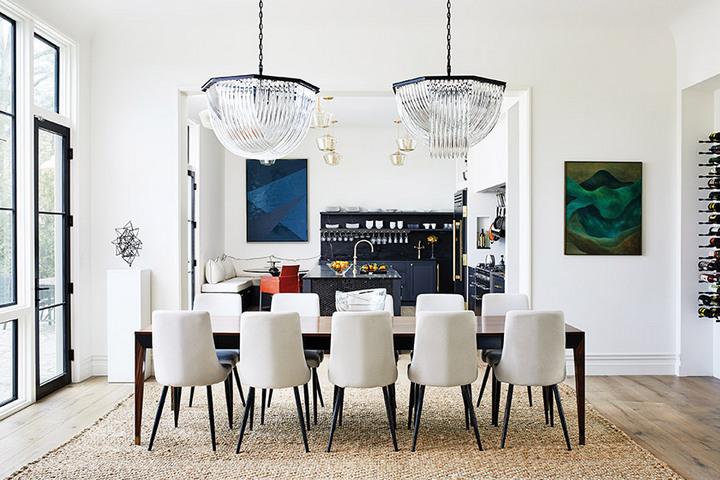 Совмещенная столовая и кухня в белых тонах