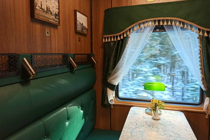 Купе поезда с оригинальным декором