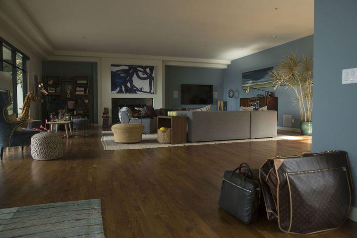 Просторная гостиная с голубыми стенами и деревянным полом