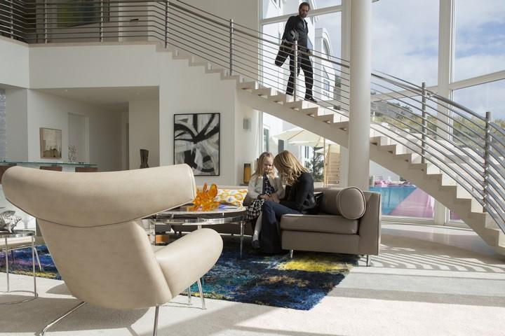 остиная с двумя уровнями, белым цветом и стильной мебелью