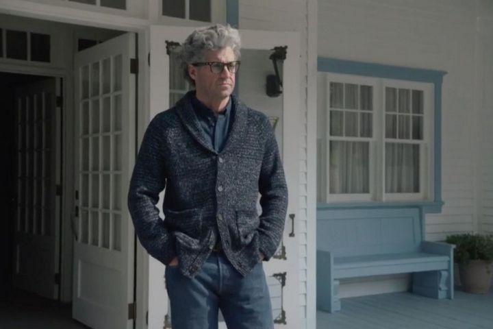 Главный вход в дом с террасой и голубой мебелью