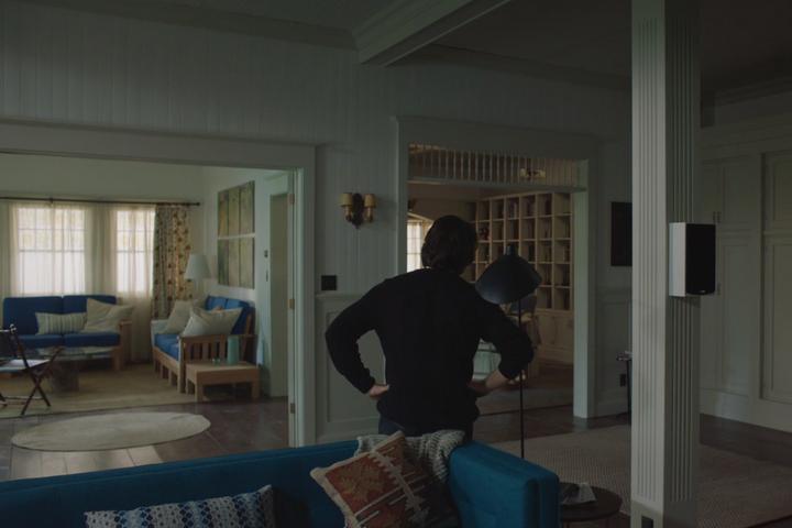 Гостиная с синей мебелью и деревянными элементами