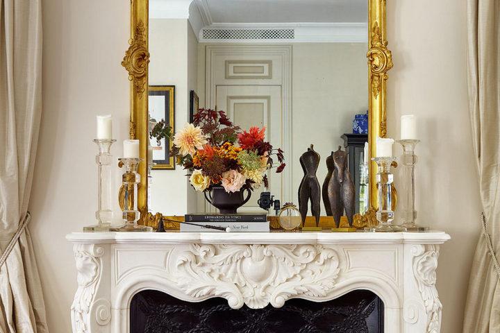 Цветочная композиция с яркой рамой зеркала
