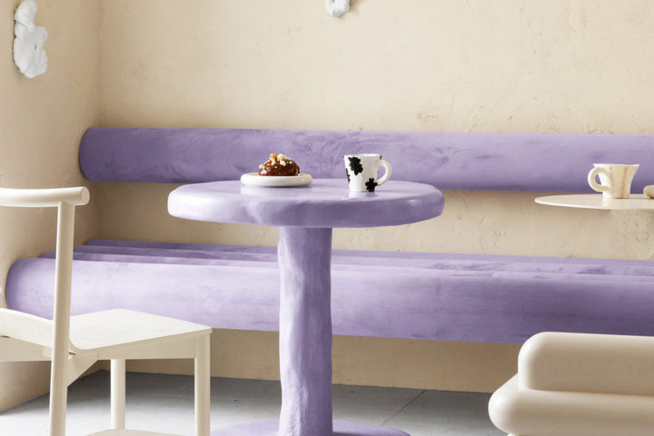 Лиловая мебель на фоне бежевых стен