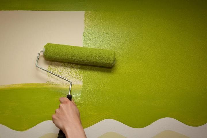 Окрашивание стены яркой краской