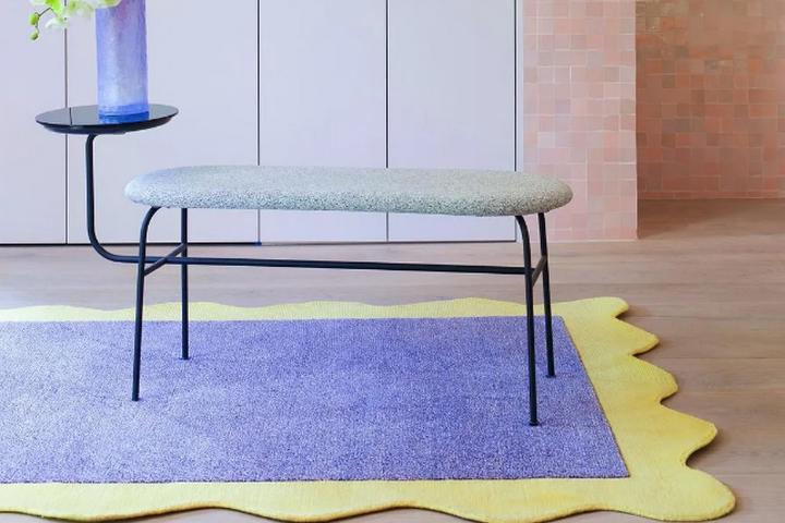 Скамья со столиком и ковер