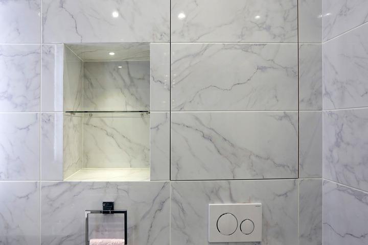 Отделка ванной комнаты плиткой под мрамор