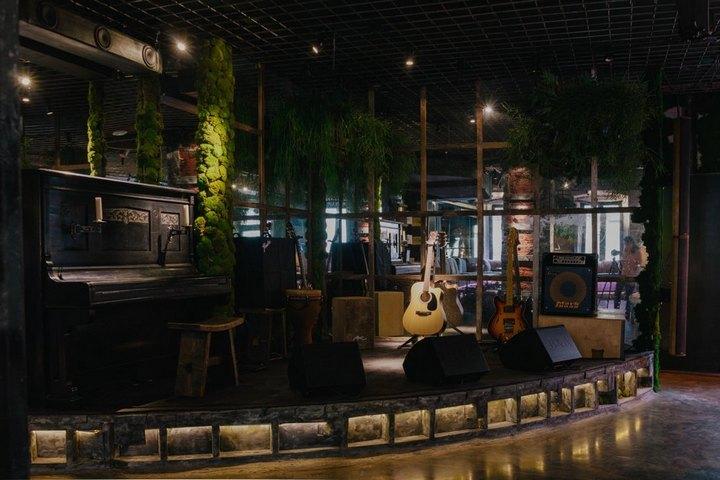 Подсветка и стеклоблоки в оформлении сцены