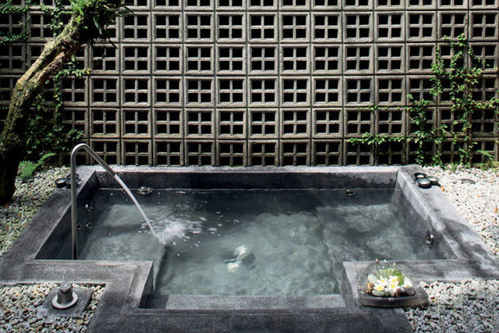 Ванна из бетона в углублении земли