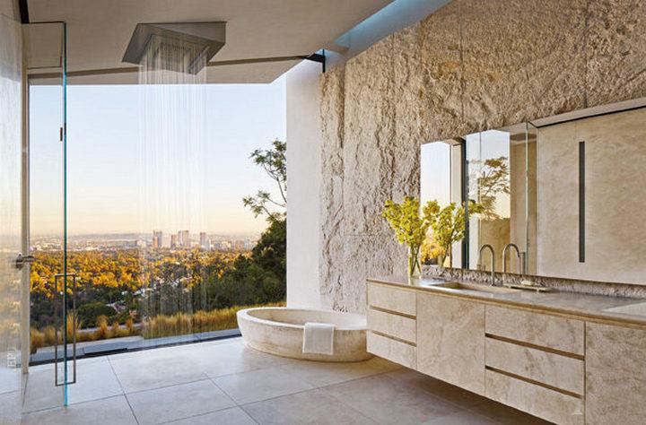 Ванна из травертина с видом на Лос-Анджелес