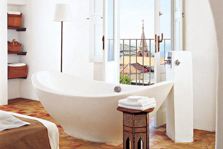 Итальянская ванна в необычном интерьере