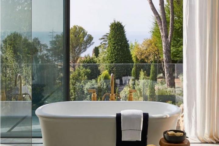 Классическая ванна с видом на Лазурный берег