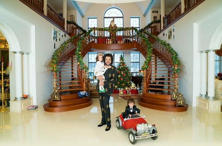 Холл дома с дубовой лестницей