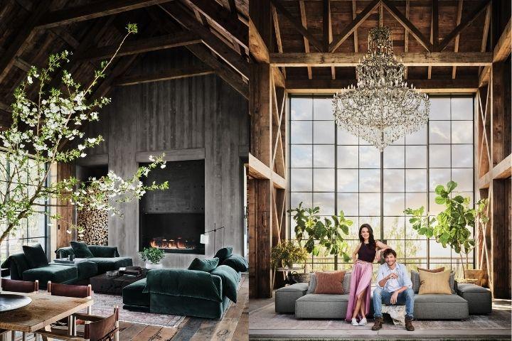 Гостиная с высокими потолками и деревом в отделке