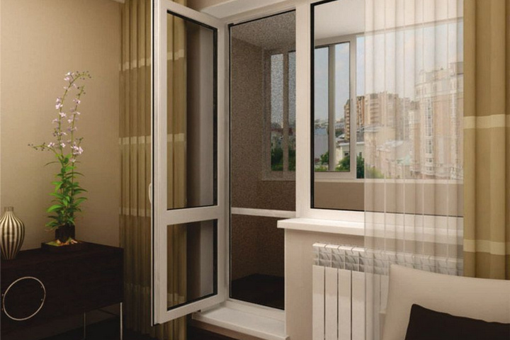 Обычная дверь на балкон с полным остеклением