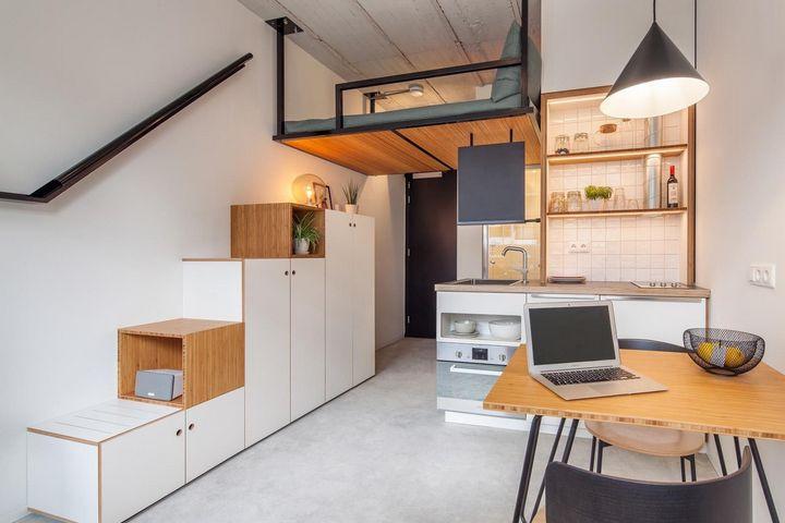 Лестница-стеллаж с хранением в двухуровневой студии