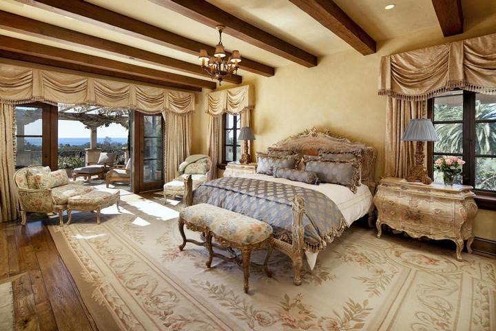 Спальня в классическом стиле с выходом на террасу