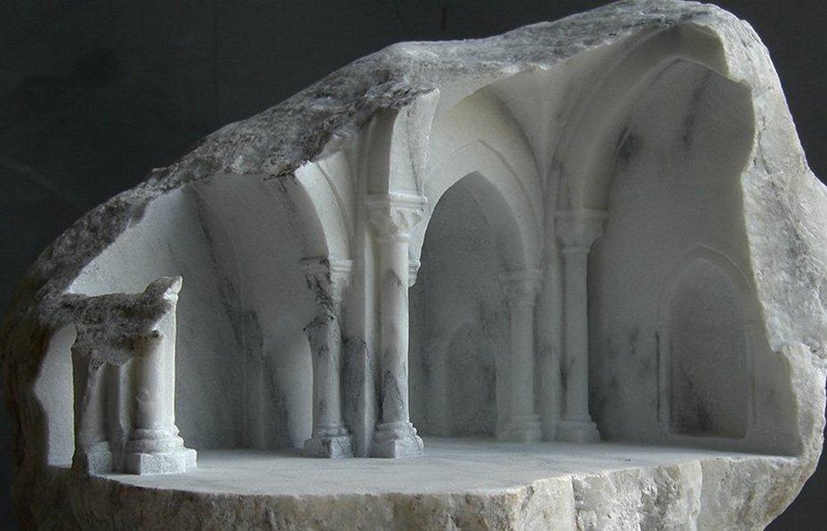 Резные колонны и своды потолка
