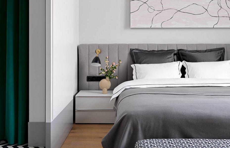 Спальня в современном стиле с серыми тонами и яркими акцентами