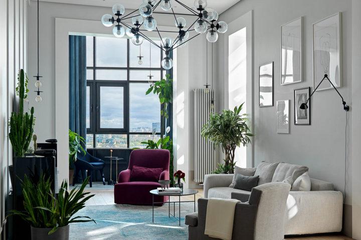 Узкая гостиная с высокими потолками, яркими акцентами и нейтральной отделкой