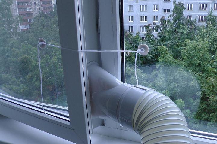 Кондиционер с выводов трубы в окно