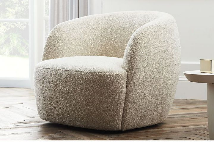 Кресло округлой формы в обивке букле