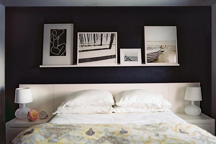 Геометрические постеры над кроватью в спальне