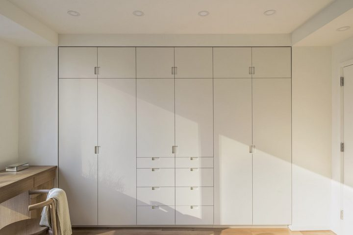 Шкаф-гардероб, встроенный в стены под потолок