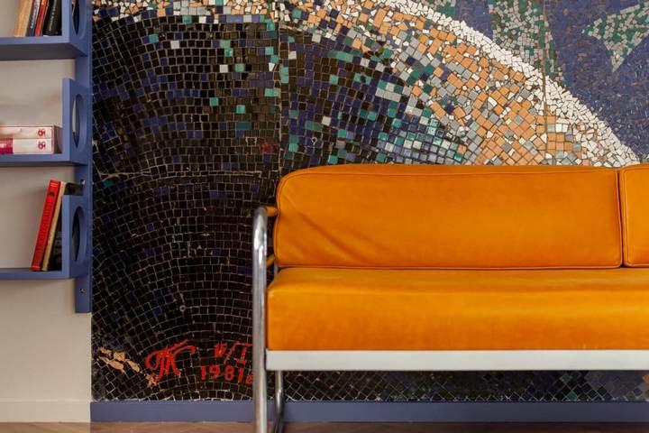 Мозаичная стена и яркая мебель