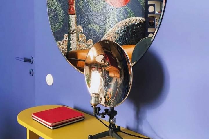 Круглое зеркало и яркий желтый столик